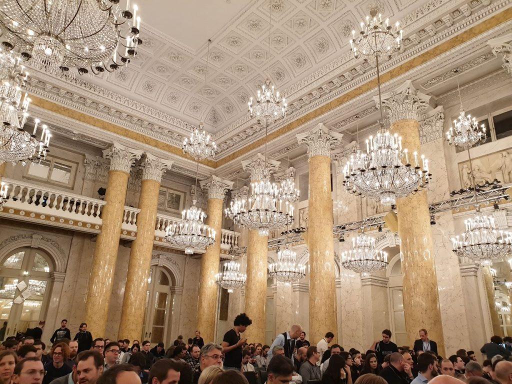 Saal in Hofburg, hell beleuchtet